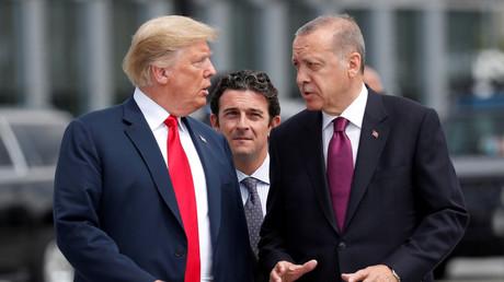 US-Präsident Donald Trump und der türkische Präsident Recep Tayyip Erdoğan unterhalten sich zu Beginn des NATO-Gipfels am 11. Juli 2018 in Brüssel.
