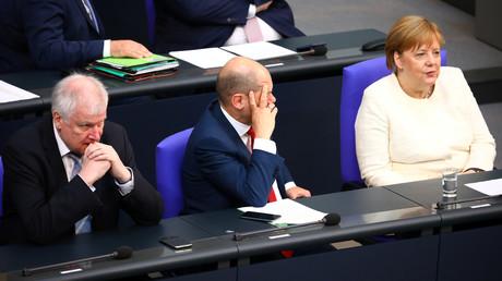 Die aktuellen Umfragewerte dürften in der GroKo nicht gerade für tolle Stimmung sorgen. Horst Seehofer (CSU), Olaf Scholz (SPD) und Angela Merkel (CDU, v.l.) kämen mit ihren Parteien zusammen gerade mal auf 47 Prozent.
