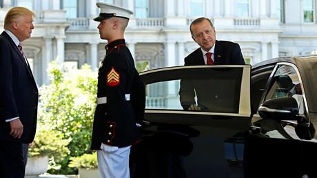 US-Präsident Donald Trump beobachtet, wie der türkische Präsident Recep Tayyip Erdogan am Eingang zum Westflügel des Weißen Hauses in Washington am 16. Mai 2017 abreist.