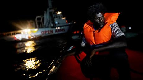 Ein Migrant an Bord eines Rettungsboots der NGO