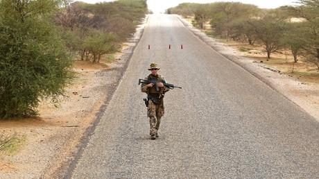 Ein deutscher Soldat der Fallschirmjägertruppe der MINUSMA (United Nations Multidimensional Integrated Stabilization Mission in Mali) sucht während einer Patrouille auf dem Weg von Gao nach Gossi, Mali am 2. August 2018 nach einem IED (Improvised Explosive Device).
