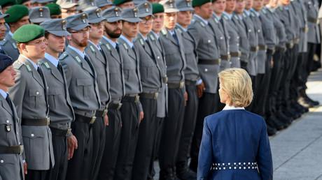 Bundesverteidigungsministerin Ursula von der Leyen (CDU) beim feierlichen Einmarsch der Bundeswehrsoldaten auf dem Paradeplatz des Verteidigungsministeriums am 20. Juli 2018.