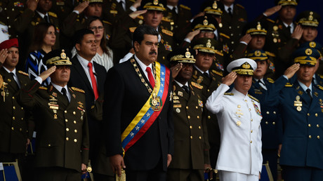 Der venezolanische Präsident Nicolas Maduro neben Verteidigungsminister Vladimir Padrino López (links von ihm) während einer Feier zum 81. Jahrestag der Nationalgarde in Caracas am 4. August 2018.