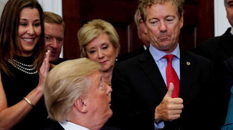 Senator Rand Paul und Präsident Donald Trump bei der Unterzeichnung eines Dekrets.