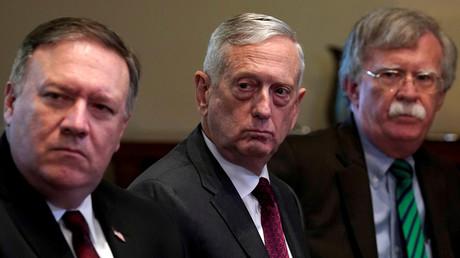 US-Außenminister Mike Pompeo, Verteidigungsminister James Mattis (Mitte) und der nationale Sicherheitsberater John Bolton (Rechts) hören zu, wie US-Präsident Donald Trump mit NATO-Generalsekretär Jens Stoltenberg im Weißen Haus in Washington spricht.