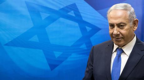 Der israelische Premierminister Benjamin Netanjahu trifft am 29. Juli 2018 zur wöchentlichen Kabinettssitzung in seinem Büro in Jerusalem ein.