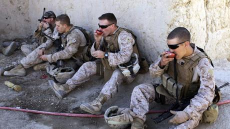 US-Soldaten essen Granatäpfel in der Provinz Helmand, Afghanistan, 8. November 2012.
