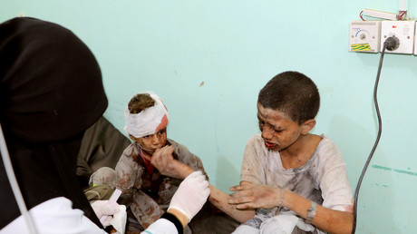 Ein Arzt behandelt Kinder, die bei einem Luftangriff in Saada, Jemen, am 9. August verletzt wurden.