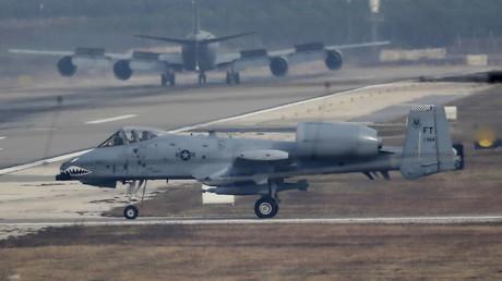 Ein Kampfflugzeug der U.S. Air Force landet am 10. Dezember 2015 auf dem Flugplatz Incirlik in der südlichen Stadt Adana, Türkei.