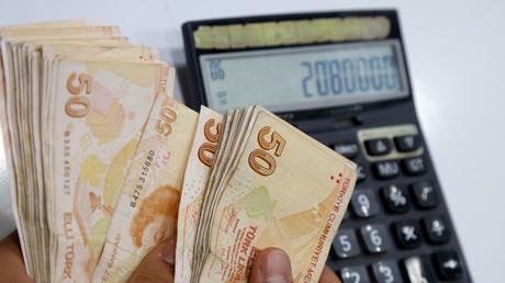 Ein Geldwechsler zählt türkische Lira-Banknoten in einer Wechselstube in Diyarbakir, Türkei, 23. Mai 2018.