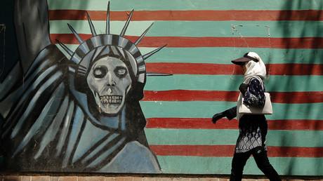 Ein Graffiti an der Wand der ehemaligen US-Botschaft in Teheran zeigt die Freiheitsstatue mit einem Totenschädel. So empfinden die Iraner die US-Politik, und die EU kann dem nichts entgegensetzen.