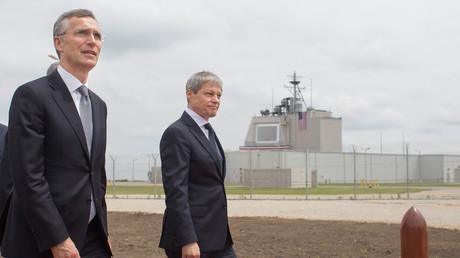12. Mai 2016: NATO-Generalsekretär Jens Stoltenberg und der damalige rumänische Ministerpräsident Dacian Cioloș bei einer Visite des US-Stützpunkts in Deveselu.