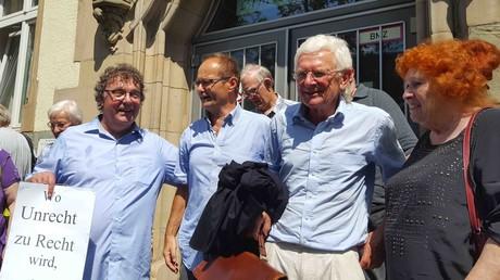 Vor dem Amtsgericht Bottrop: DKP-Vorsitzender Patrick Köbele, Michael Gerber, sein Anwalt Herbert Lederer und die DKP-Stadtabgeordnete Irmgard Bobrzik (v.l.n.r.).