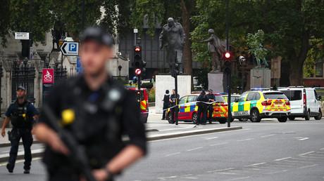 Mann fährt mit Auto in Absperrung vor Londoner Parlament: Mehrere Verletzte, Fahrer festgenommen