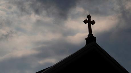 Dunkle Wolken ziehen am 14. August über eine römisch-katholische Kirche in Pittsburgh, Pennsylvania. Die Katholische Kirche in den USA sieht sich erneut mit erschütternden Missbrauchsvorwürfen konfrontiert.