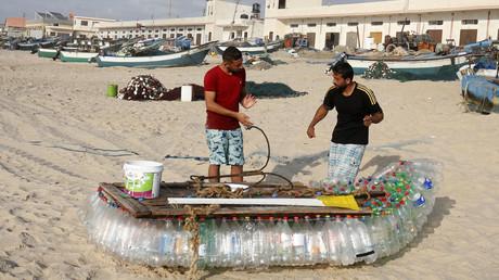 Resultat der israelischen Blockade des Gazastreifens: Palästinenser bauen sich ein Boot aus mehr als 700 Plastikflaschen.