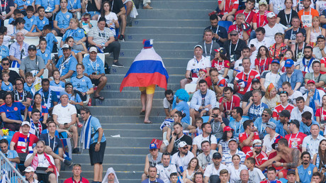 Fan mit einer russischen Flagge während der Fußball-WM 2018 in Russland.