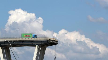 Lastwagen vom Brückenrumpf in Genua geborgen