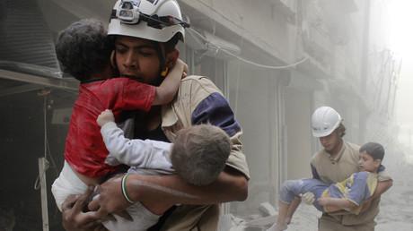 Vermeintliche Rettungsaktion von Kindern durch die Weißhelme, Aleppo, Syrien, 2. Juni 2014.