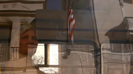Eine Frau, die in einem Bus sitzt, schaut auf die US-Botschaft in Belgrad am 27. Februar 2008.