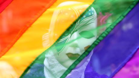 Ein Teilnehmer steht hinter einer Regenbogenfahne während einer Gay-Pride-Parade, die die Rechte von Lesben, Schwulen, Bisexuellen und Transgendern fördert, in Chennai, Indien, 24. Juni 2018.