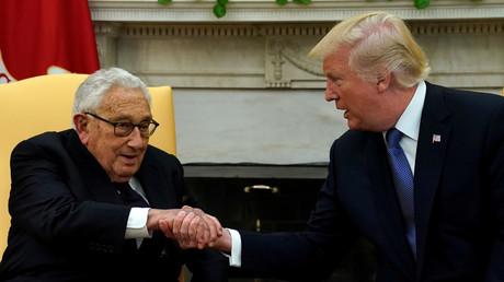 US-Präsident Donald Trump trifft den ehemaligen US-Außenminister Henry Kissinger im Oval Office des Weißen Hauses in Washington, USA, 10. Oktober 2017.