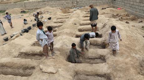 Jungen inspizieren die Gräber für die Kinder, die bei der Bombardierung eines Schulbusses ums Leben gekommen sind, Saada Provinz, Jemen, 10. August 2018.