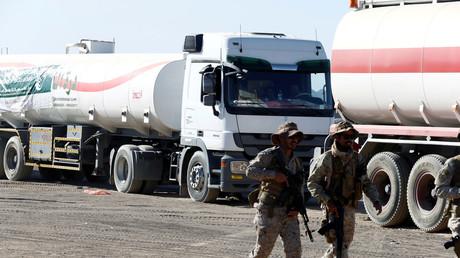 Saudische Soldaten laufen an  saudischen Öl-Transportern im jementischen Marib vorbei.