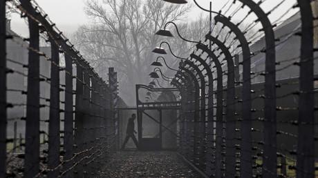 Zwischen 1940 und Januar 1945 waren knapp über 400.000 Häftlinge in Auschwitz registriert. Die reale Zahl der Auschwitz-Häftlinge lag jedoch weit höher. Die meisten Deportierten wurden ohne Registrierung unmittelbar von der Rampe ins Gas geschickt.