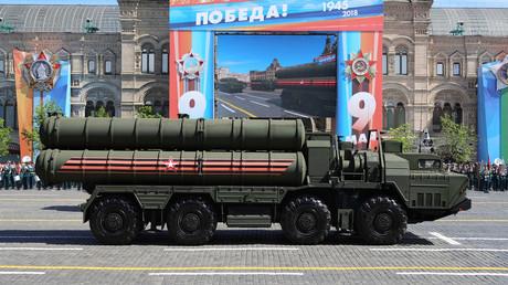 International begehrt: Das russische S-400 Raketenabwehrsystem (hier während der Siegesparade am 9. Mai in Moskau).