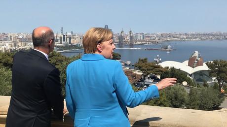 Die deutsche Bundeskanzlerin Angela Merkel und der Energieminister Aserbaidschans Parviz Schahbazov in Baku am 25. August 2018