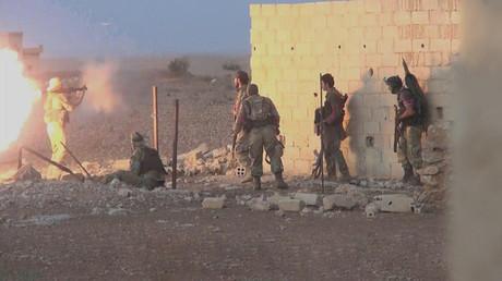 Kämpfer der Nusra-Front während eines Gefechts. Die Terrorgruppe soll derzeit in der Provinz Idlib eine False Flag-Operation mit Chemiewaffen vorbereiten.