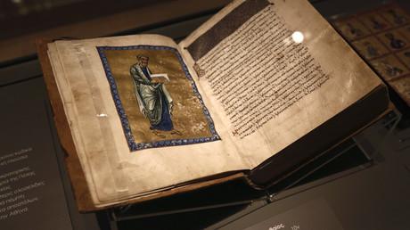 Ein Manuskript ist nach einer Zeremonie für seine Rückkehr in das Byzantinische Museum in Athen am 15. September 2014 ausgestellt.
