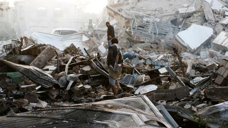 Wachen auf den Trümmern eines durch Luftangriffe zerstörten Gebäudes in Sanaa, Jemen 6. Juni 2018.