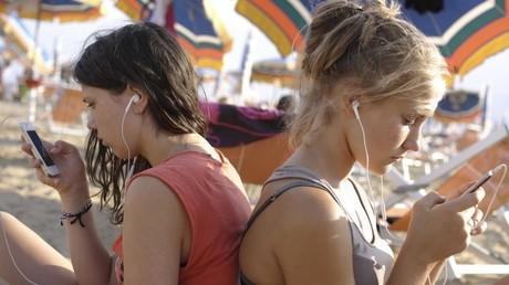 Stundenlang verbringen Teenager täglich online. Soziale Netzwerke wie Facebook sind viel beliebter als Bücherlesen.
