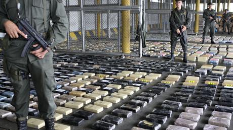 Kolumbianische Marinesoldaten bewachen beschlagnahmtes Kokain