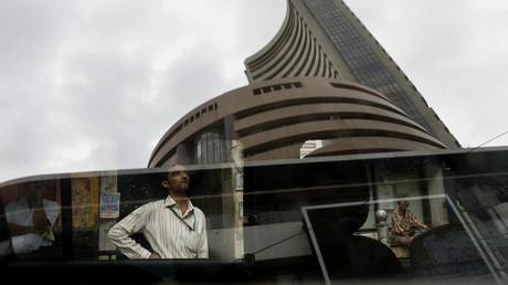 Das Gebäude der Bombay Stock Exchange (BSE) spiegelt sich an einem Glasfenster, auf dem der indische Aktienindex an der Fassade des Gebäudes in Mumbai am 2. Juli 2008 zu sehen ist.