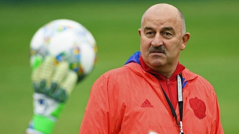 Fußballspieler Gratulieren Trainer Der Russischen Nationalelf Zum