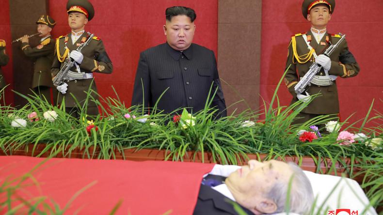 Er lebt! Kim Jong-un bei Beerdigung endlich wieder aufgetaucht