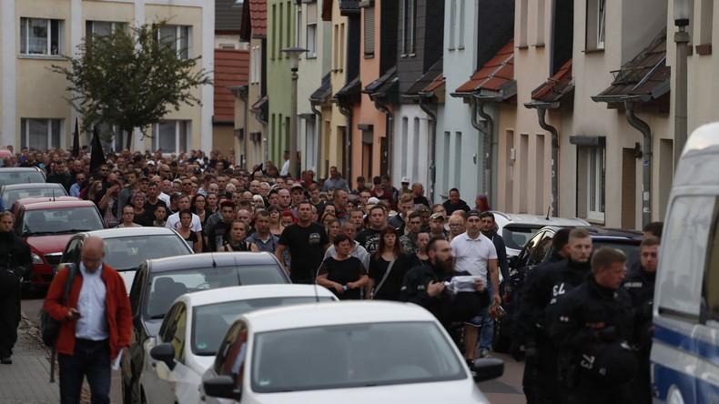 2.500 Menschen bei Trauermarsch nach Todesfall in Köthen – Bürgermeister ruft zu Besonnenheit auf