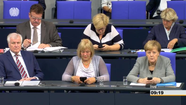 Bundestag streitet über Chemnitz, AfD und Rücktritte von Seehofer und Maaßen