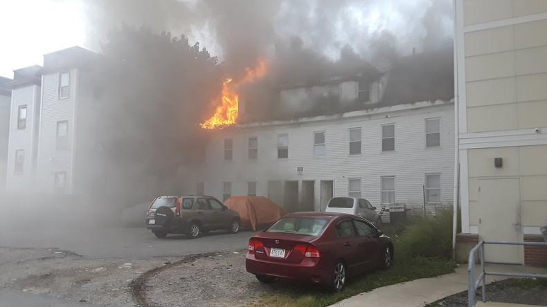 Gasexplosionen nahe Boston - ein Toter, dutzende Häuser in Brand