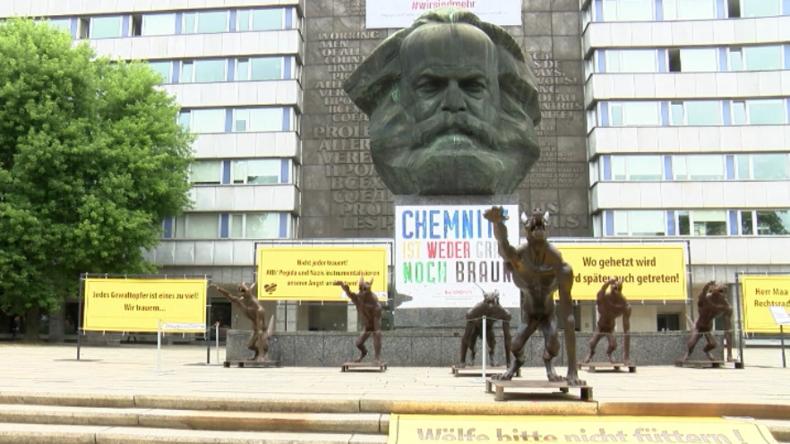 """""""Kunstaktion gegen Hass"""" – Hitlergruß-zeigende Wölfe vor Marx-Kopf in Chemnitz aufgestellt"""
