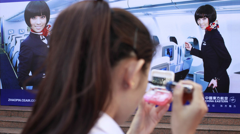 Jawort führt zu Entlassung: Flugbegleiterin verliert Job nach Heiratsantrag an Bord