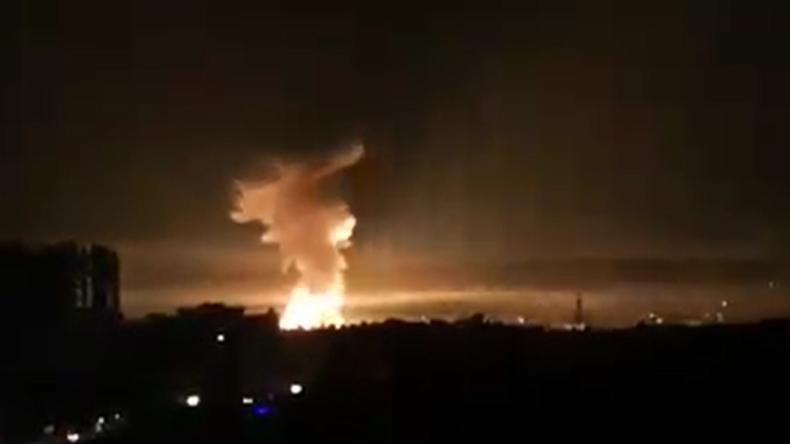 Riesige Explosion nach feindlichen Raketenangriffen auf syrische Stadt Latakia