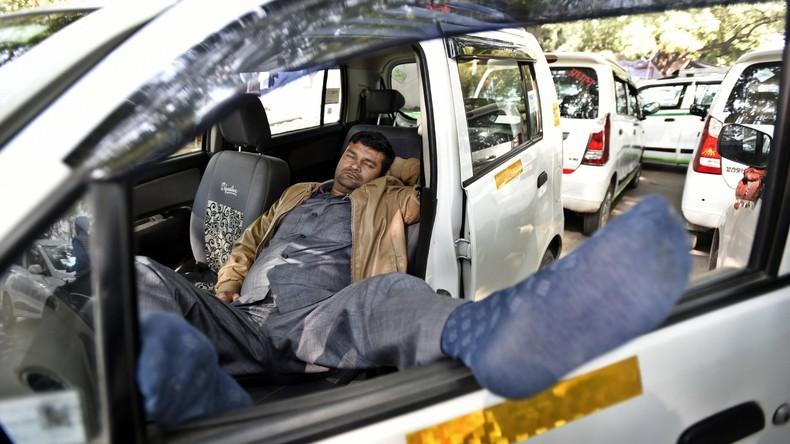 Fahre dich selbst: Taxifahrer so stark betrunken, dass Passagier sich hinters Steuer setzt