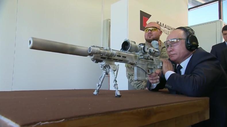 Putin testet persönlich neuestes Kalaschnikow-Gewehr: Fünf Schüsse, drei Treffer