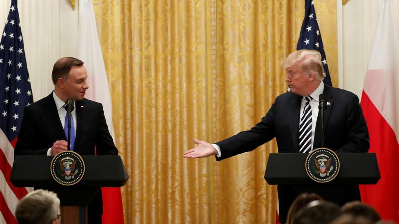 Bittsteller-Pose bei Vertragsunterzeichnung: Trump sitzt – Duda muss stehen