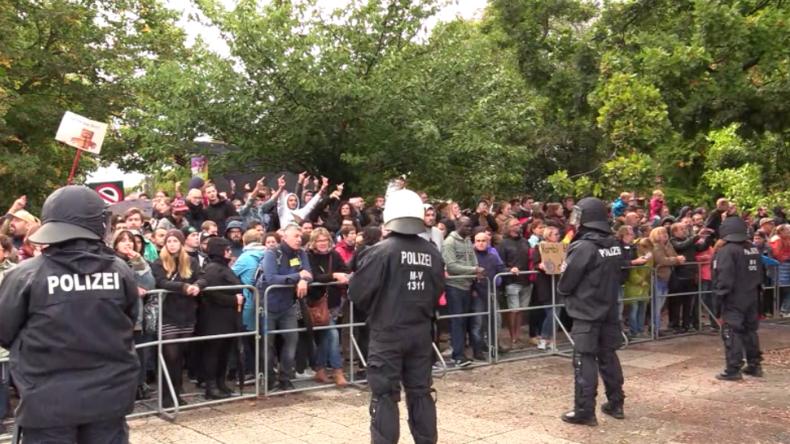 """""""Wir retten Rostock vor Islamisierung"""": AfD-Kundgebung mit Höcke trifft auf starke Gegenproteste"""