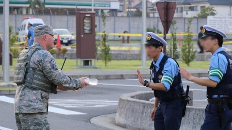 Subtiler Widerstand gegen US-Besatzung? -  Japanische Polizisten verweigern Getränke von US-Soldaten